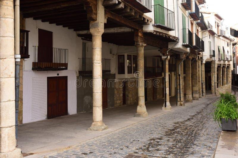 有拱廊的街道在莫雷利亚, Castellon省镇, 库存照片