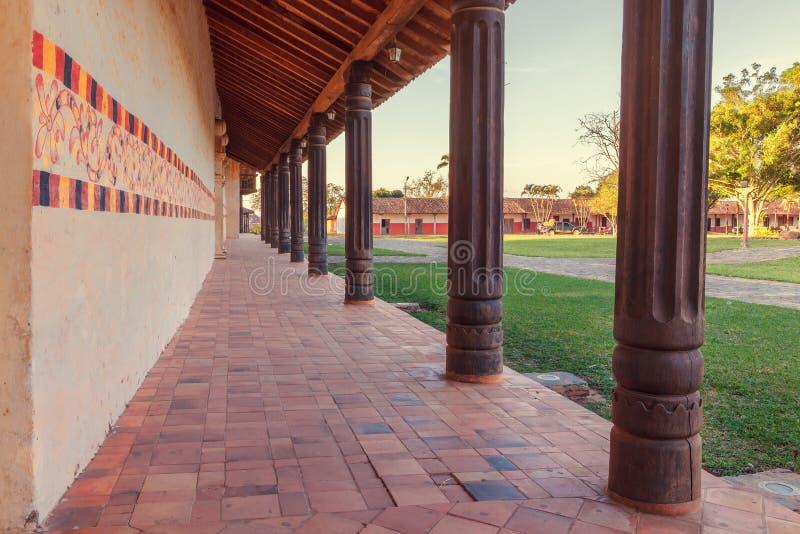 有拱廊的旁边大厅,教会圣法兰西斯泽维尔,大约Chiquitos,玻利维亚的阴险的人使命 免版税图库摄影