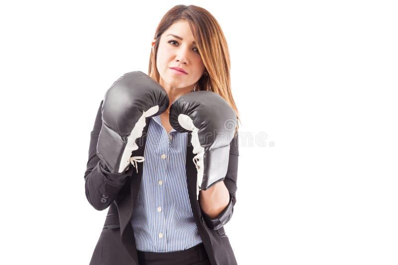有拳击手套的严肃的女实业家 库存照片