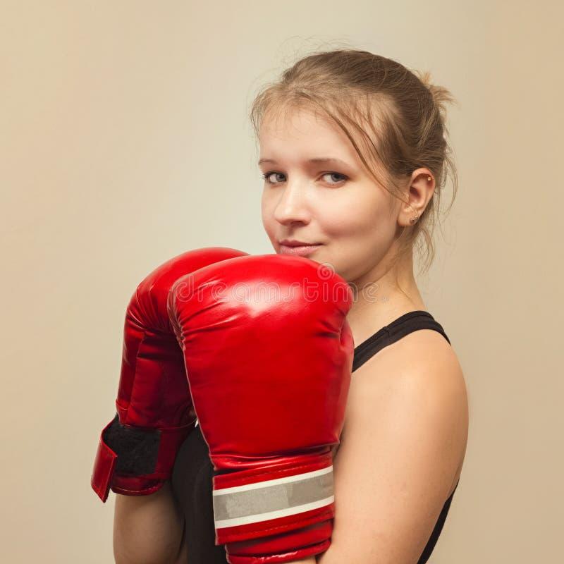 有拳击手套的美丽的体育女孩 免版税库存照片