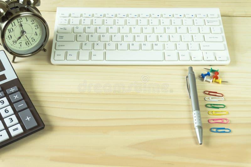 有拷贝空间的办公桌 数字设备无线键盘和老鼠在办公室桌上与笔记本,您能适用于您的produ 库存图片