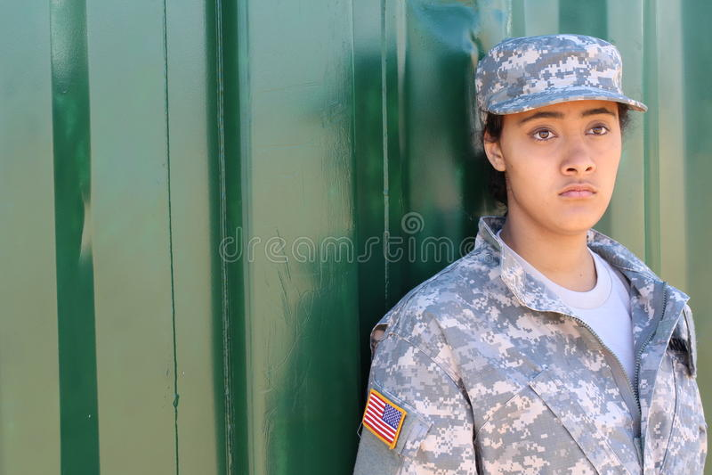 有拷贝空间的军事种族军队妇女在左边 免版税库存图片