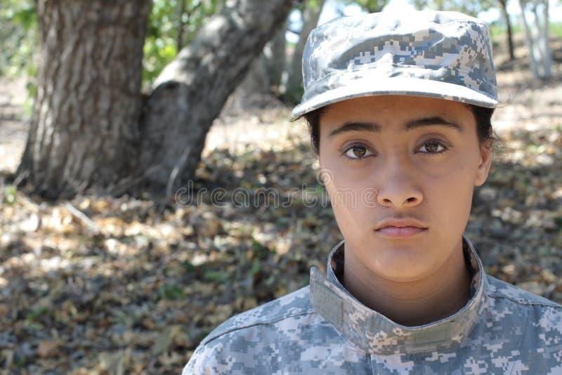 有拷贝空间的军事种族军队妇女在左边 免版税库存照片
