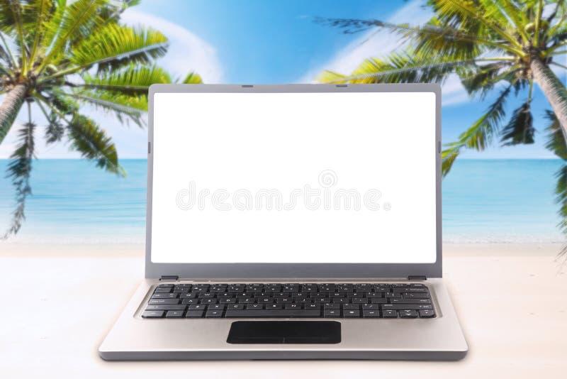 有拷贝空间的膝上型计算机在热带海滩 免版税图库摄影