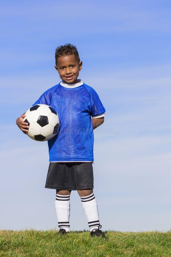 有拷贝空间的年轻非裔美国人的足球运动员 库存图片