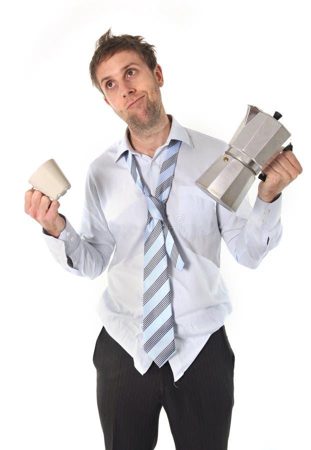 有拿着咖啡罐的宿酒的杂乱商人 免版税库存图片