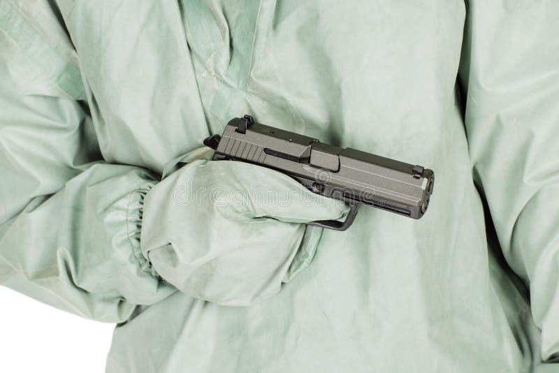有拿着枪的防毒面具和防护衣裳的人 P 库存图片