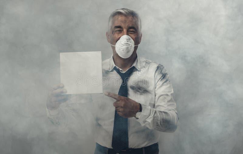 有拿着标志的污染面具的人 图库摄影