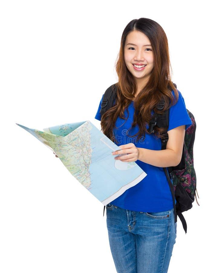 有拿着的地图亚裔妇女背包徒步旅行者 库存图片