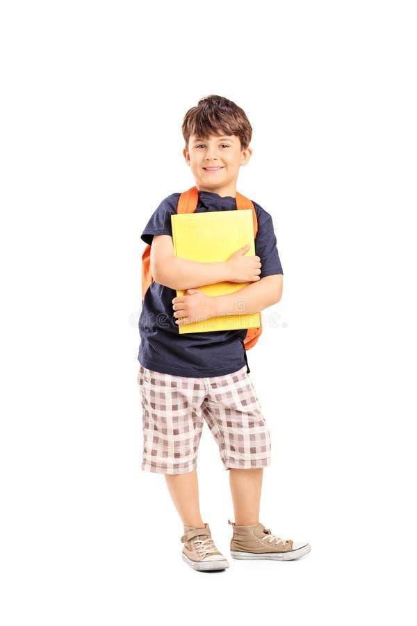 有拿着笔记本的背包的男小学生 库存照片