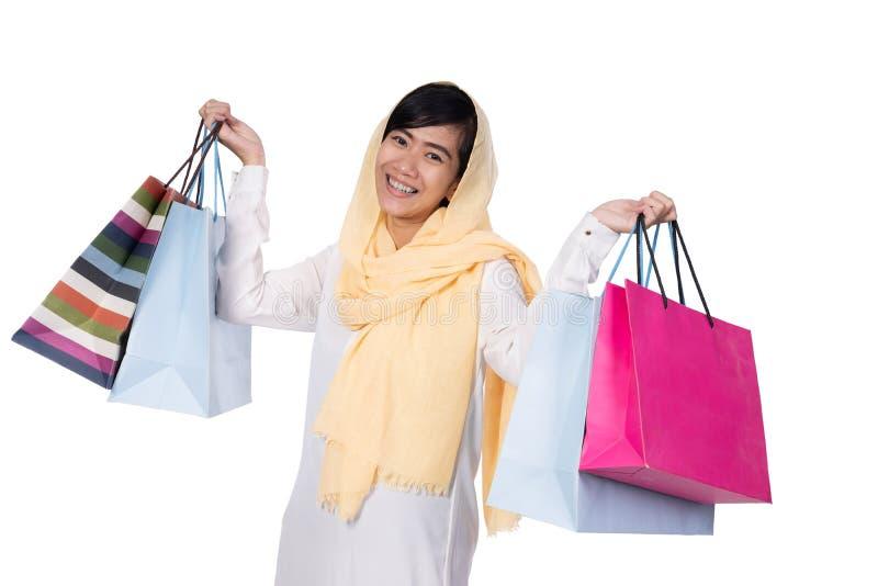 有拿着购物带来的hijab的回教妇女 免版税图库摄影