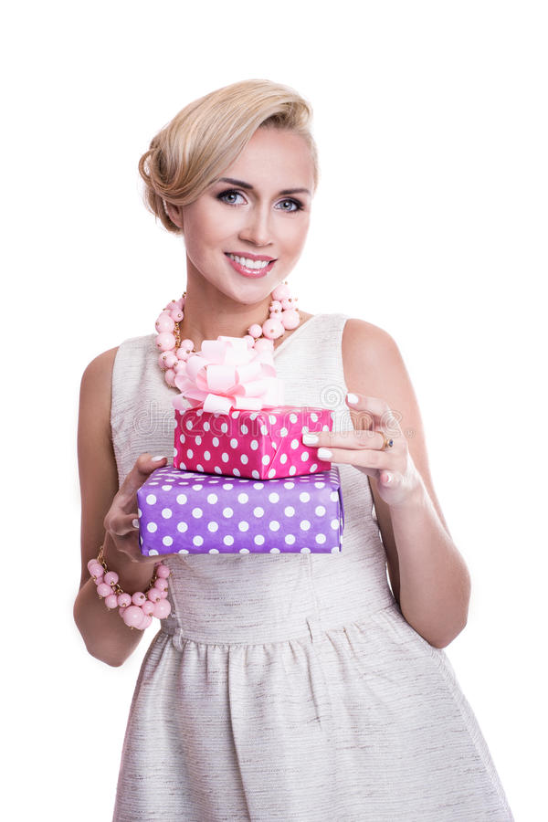有拿着紫色和桃红色礼物盒的美好的构成的好白肤金发的妇女 库存照片