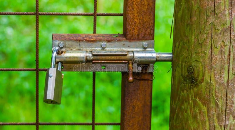 有挂锁的幻灯片锁,简单的安全解答,基本的门锁 免版税库存照片