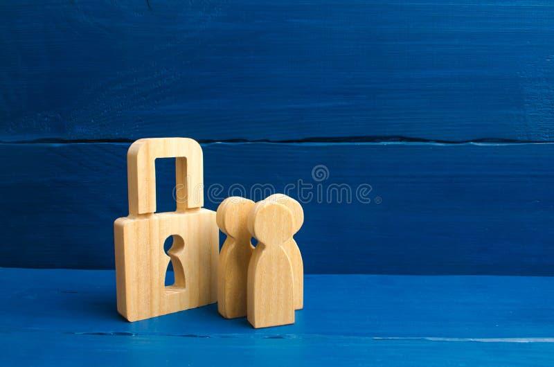 有挂锁的木人 有锁的三个人 安全和安全,抵押,抵押的贷款 prope的没收 图库摄影
