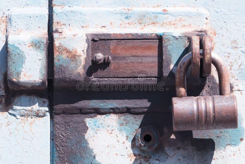 有挂锁的老deadbolt 免版税库存图片