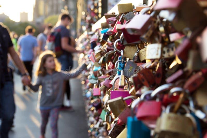 有挂锁的Hohenzollern桥梁在科隆香水 免版税库存图片