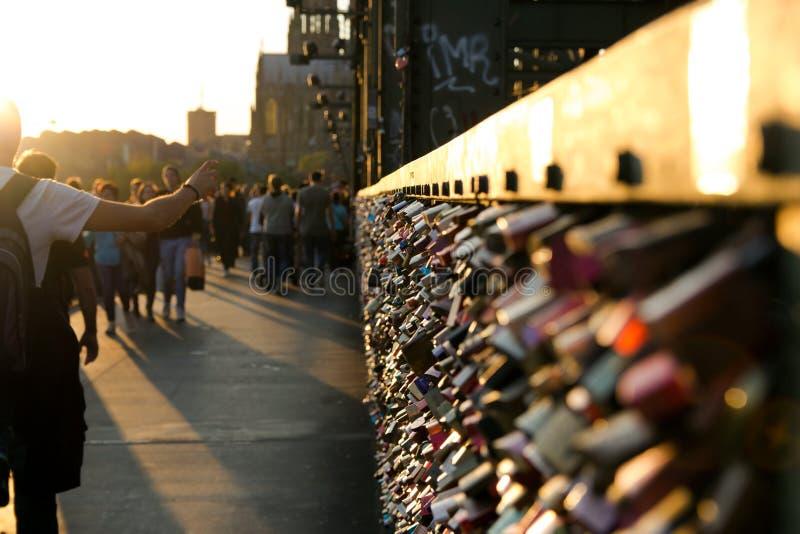 有挂锁的Hohenzollern桥梁在科隆香水 免版税库存照片