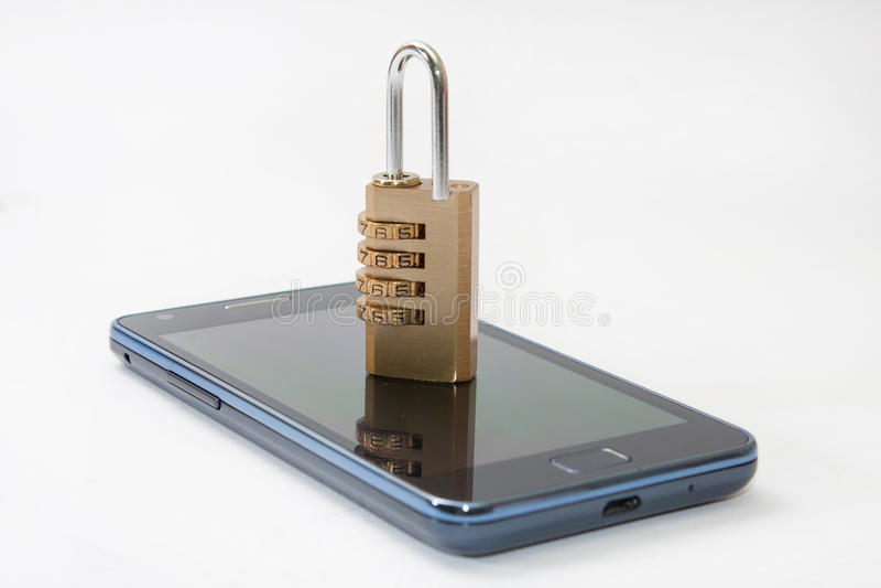 有挂锁组合的锁着的手机 免版税图库摄影