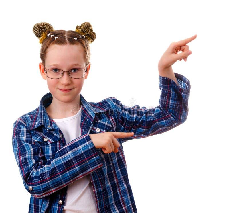 有指向的聪明的孩子女孩在某事与她的手指 免版税库存照片