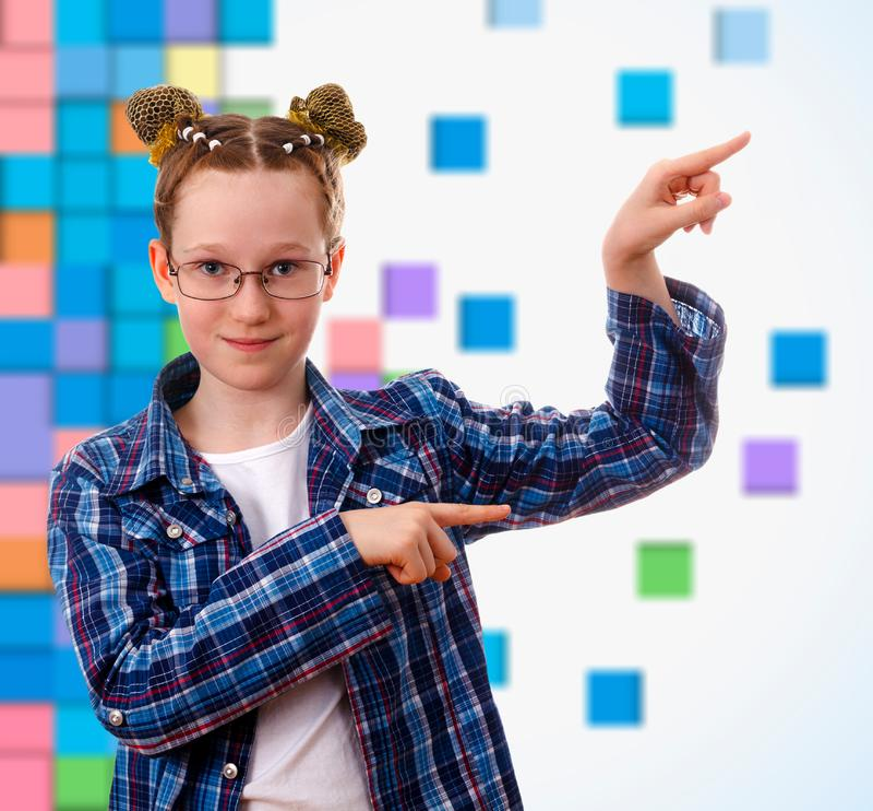有指向的聪明的孩子女孩在某事与她的手指 免版税图库摄影