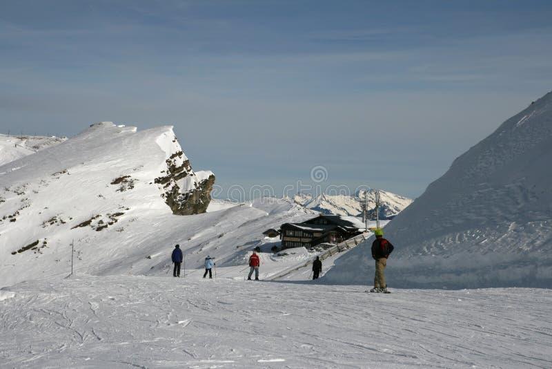 有挡雪板和滑雪者的滑雪路线 免版税库存图片