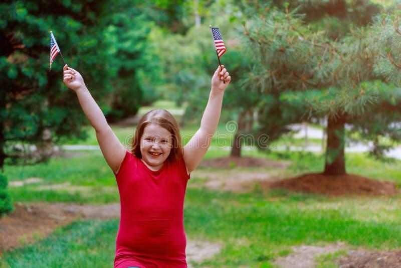 有挥动的美国国旗滑稽的小女孩 美国独立日,国旗纪念日 免版税库存图片