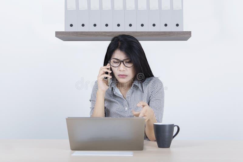 有损坏的膝上型计算机的年轻女实业家 免版税库存照片
