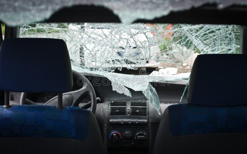 有捣毁的挡风玻璃的汽车 免版税库存照片