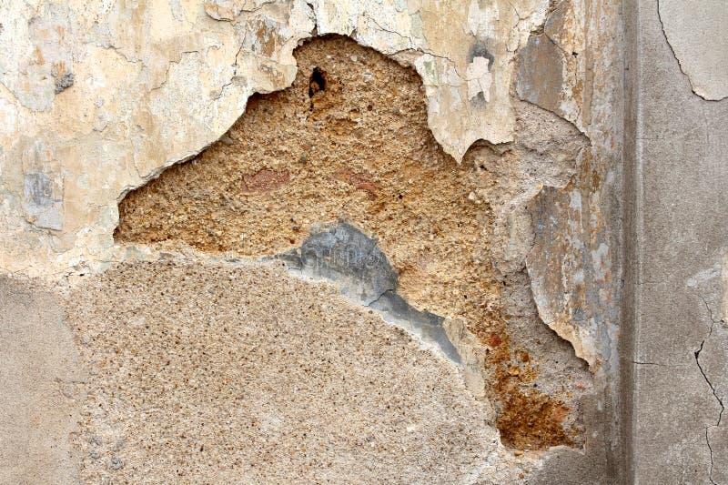 有掉下的大部分的破裂的被毁坏的家庭房子门面墙壁和丢失在镇的老部分 库存图片