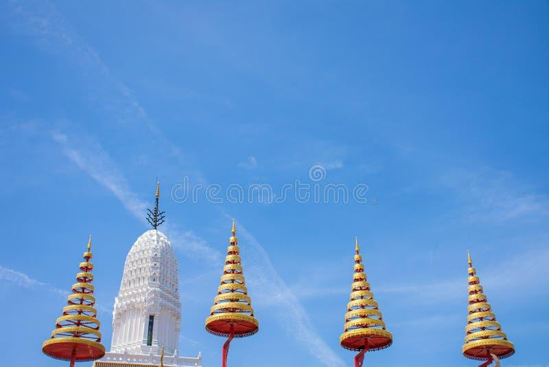 有排列的伞和白色塔有蓝天背景 免版税库存照片