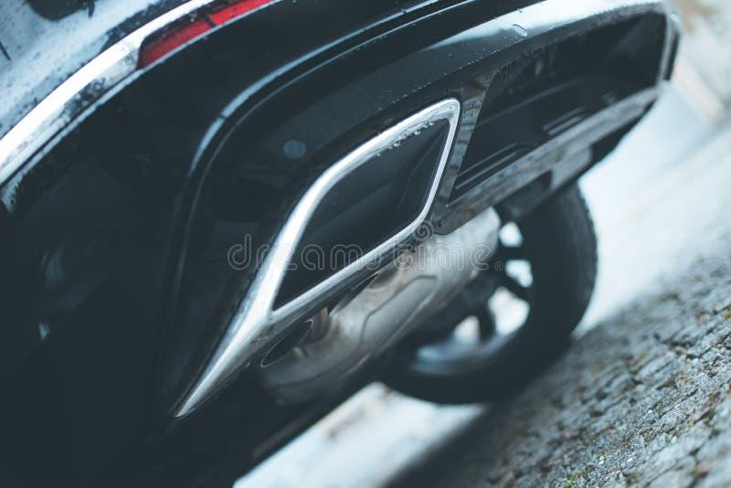 有排气管、污染和美好的尘土的强有力的汽车 库存图片