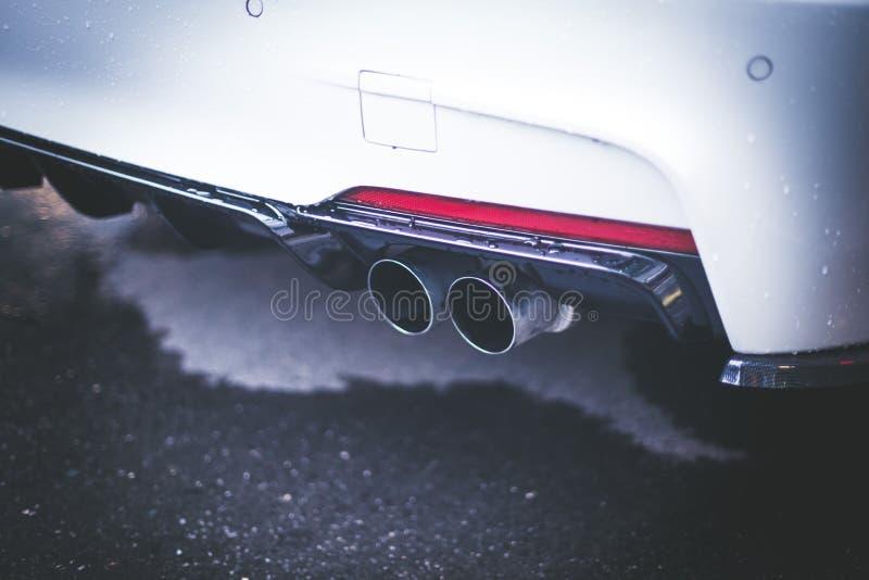 有排气管、污染和美好的尘土的强有力的汽车 免版税图库摄影