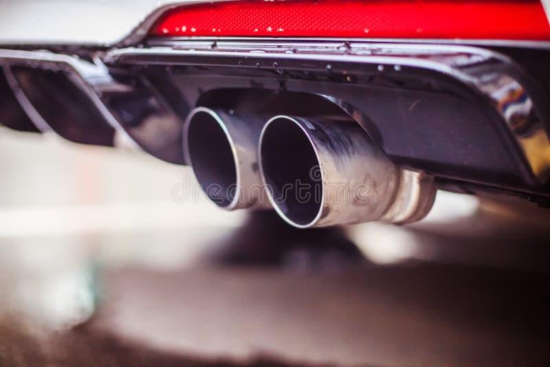 有排气管、污染和美好的尘土的强有力的汽车 库存照片