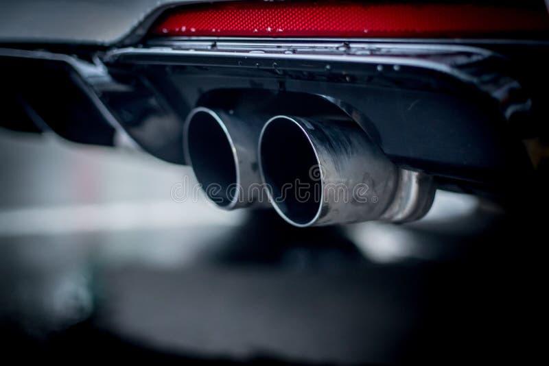有排气管、污染和美好的尘土的强有力的汽车 免版税库存图片