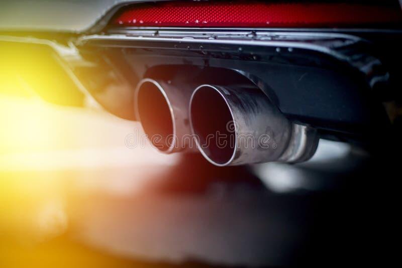 有排气管、污染和美好的尘土阳光的强有力的汽车 免版税库存照片