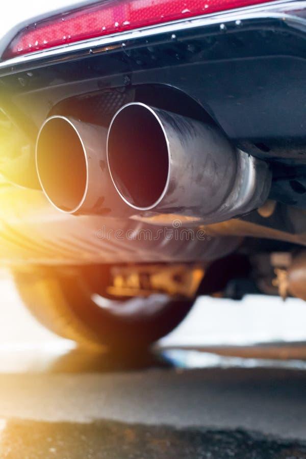 有排气管、污染和美好的尘土阳光的强有力的汽车 库存照片
