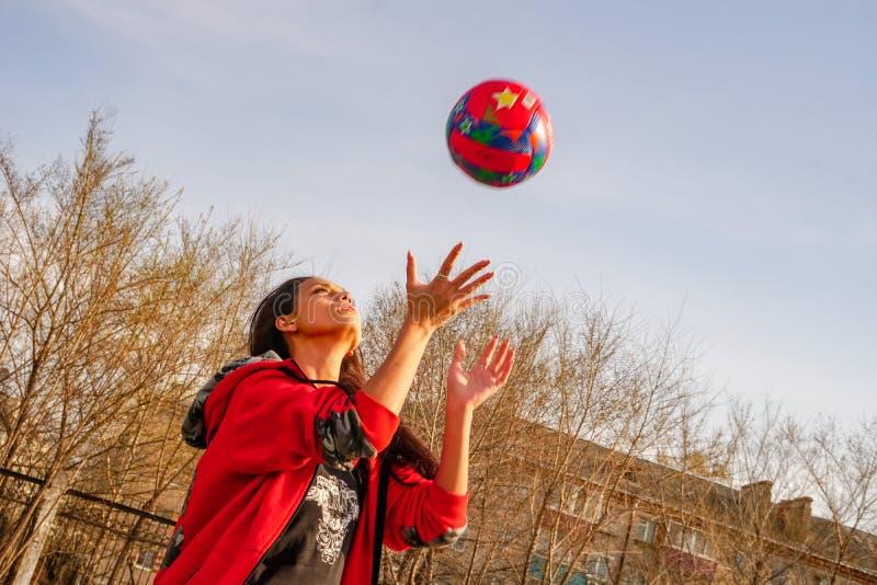 有排球的女孩在秋天 免版税库存图片