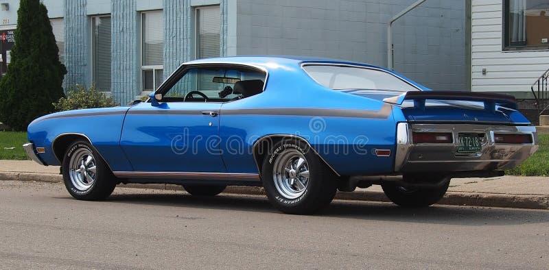 有掠夺者的被恢复的经典蓝色汽车 免版税库存图片