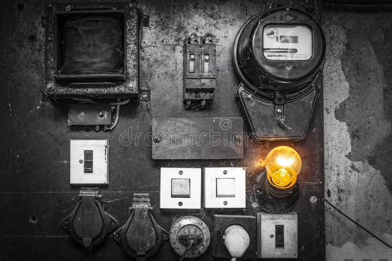 有接线和用管道输送的老内阁电气系统控制在自动化工作的小工厂 库存图片