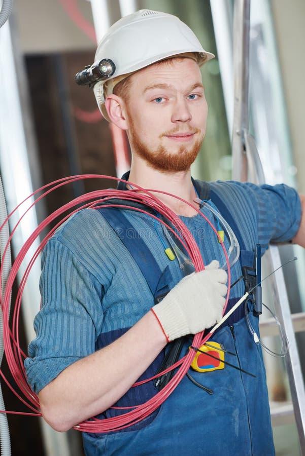 有接线的电工工作者 免版税库存图片
