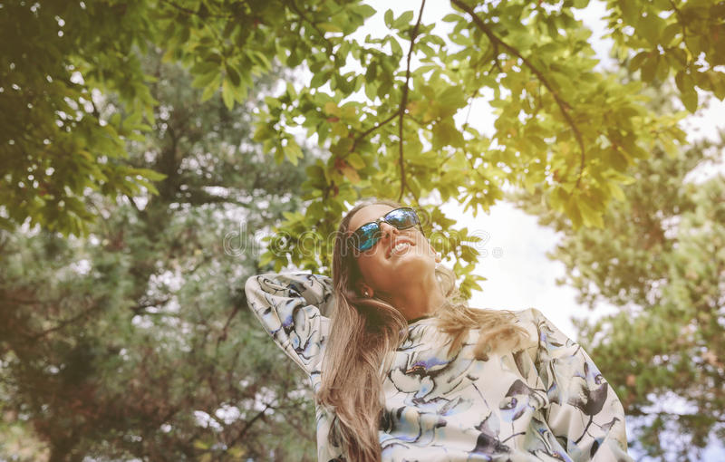 有接触在自然背景的太阳镜的妇女 库存照片
