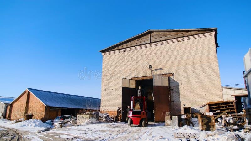 有推力的卡车在生产站点 E 驾驶在植物生产站点的小叉架起货车  库存照片