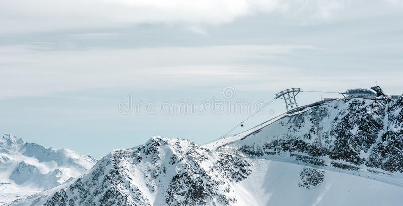 有推力的高山全景 积雪覆盖的峰顶和多云天空 库存照片