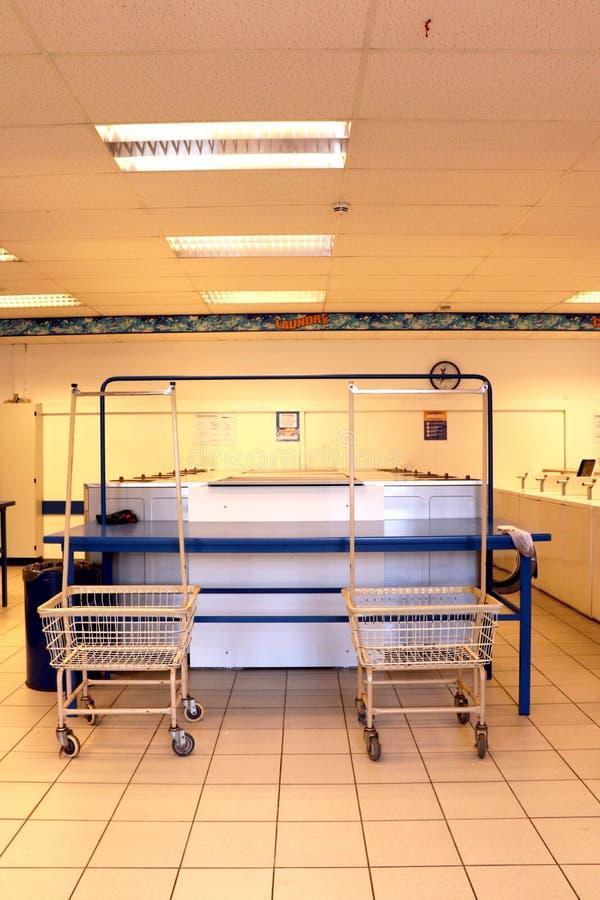 有推车和洗衣机的洗衣店 免版税库存图片