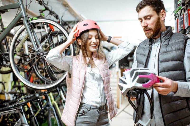 有推销员的妇女在自行车商店 库存图片