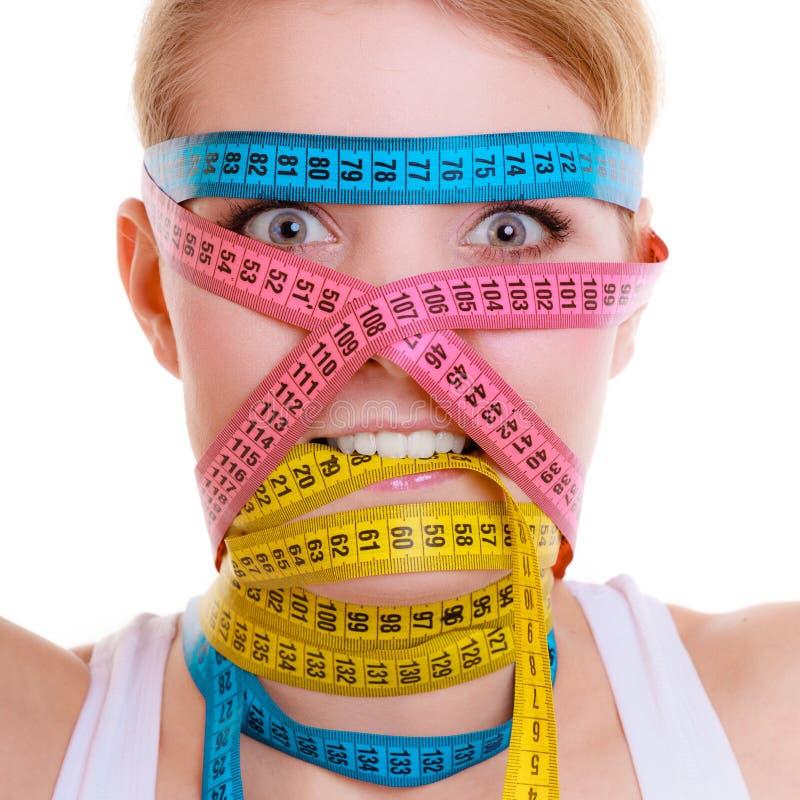 有措施磁带的占据心思的运动的适合妇女。饮食减肥的时刻。 图库摄影