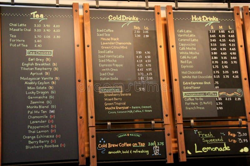 有提供在茶、咖啡和食物,不凡的碾碎的咖啡商店,萨拉托加斯普林斯, NY的几天`的三个大黑板, 2017年 库存照片
