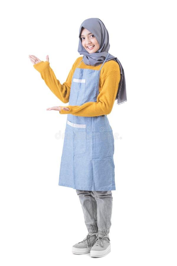 有提出对copyspace的hijab的可爱的女性咖啡馆工作者 免版税图库摄影