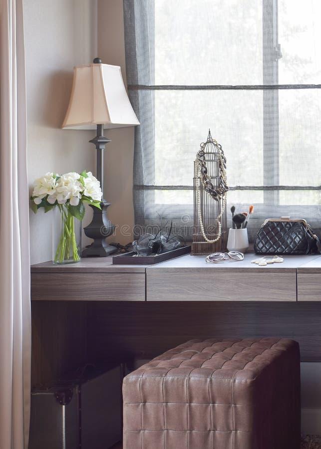 有提包的化装室;太阳镜;首饰和构成刷子在梳妆台上 免版税图库摄影