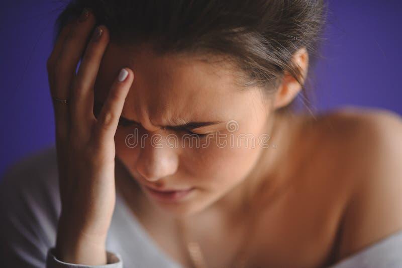 有握她的手的头疼的青少年的妇女对头 图库摄影